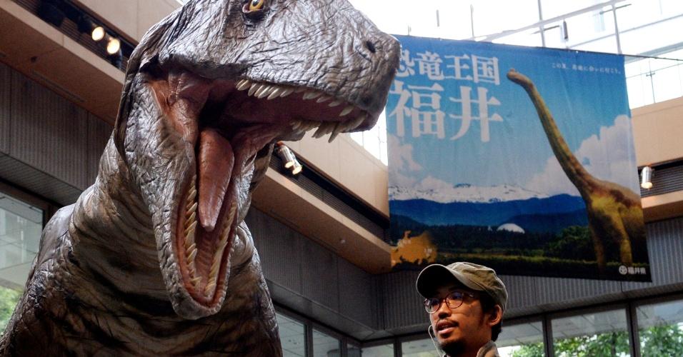 1º.jul.2013 - Homem passa diante de dinossauro mecanizado durante cerimônia de abertura de exposição temática em Tóquio, nesta quinta-feira (1º). A exposição de 18 dias conta com nove modelos de esqueletos do museu municipal de dinossauros da cidade de Fukui