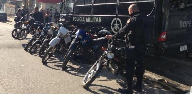 Nove motocicletas e um carro foram apreendidos, além de 39 máquinas de caca-níquel - Divulgação PM Rio