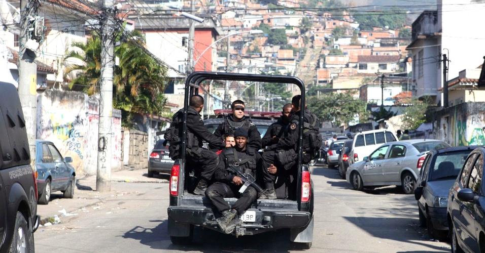 2.ago.2013 - Cerca de 200 homens das polícias Civil, Militar e Federal realizam desde a madrugada desta sexta-feira (2) uma megaoperação conjunta para cumprir oito mandados de prisão no conjunto de favelas do Lins de Vasconcelos, na zona norte do Rio. Até as 10h30, quatro homens foram presos e um morreu em confronto com o Bope (Batalhão de Operações Especiais)