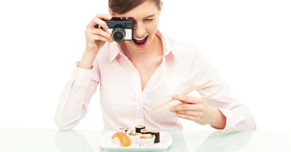 2.ago.2013 - Clicar o prato do almoço (ou do jantar, do café da manhã, ou do lanche da tarde) e postar a foto no Instagram pode tornar a refeição mais saborosa, mostra estudo da Universidade de Harvard. É que qualquer ritual feito da mesma forma antes de uma refeição, até mesmo tirar uma fotografia, funciona como um alerta para o cérebro de que o corpo vai realizar uma atividade prazerosa. Como a mente se prepara para ter uma boa sensação, ela passa a valorizar ainda mais a experiência, que, neste caso, é comer alguma coisa
