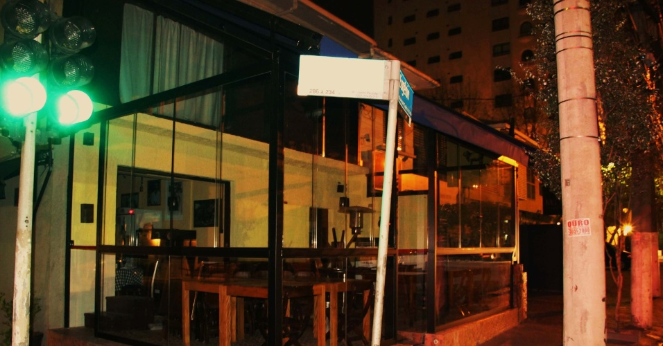 2.ago.2013 - Criminosos fizeram um arrastão no Pecorino Bar e Trattoria na avenida da Joaquim Eugênio de Lima, no Jardim Paulista, região central de São Paulo, no final da noite de quinta-feira (1). Segundo a polícia, ao menos dois homens e uma mulher renderam funcionários e clientes do restaurante na avenida Joaquim Eugênio de Lima, às 23h40. Eles roubaram os clientes e fugiram