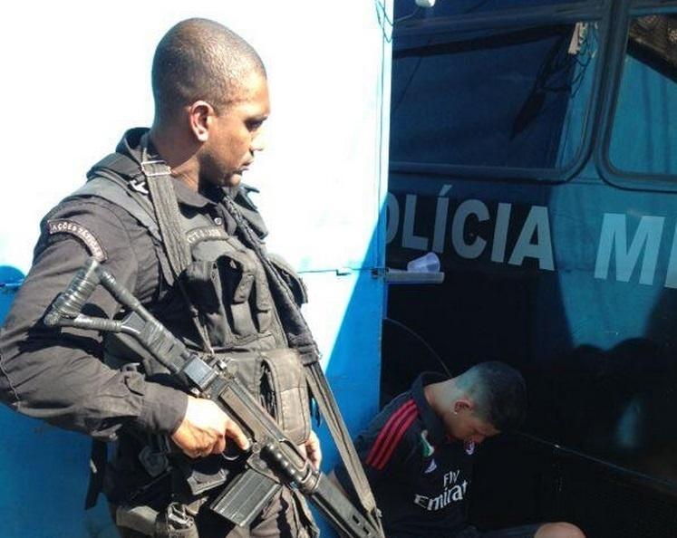 2.ago.2013 - Homem é preso durante megaoperação do Bope (Batalhão de Operações Especiais) para cumprir oito mandados de prisão no conjunto de favelas do Lins de Vasconcelos, na zona norte do Rio. Até meio-dia, cinco homens foram presos e um morreu em confronto com os policiais