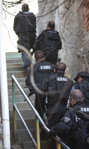2.ago.2013 - Policiais do Bope (Batalhão de Operações Especiais) realizam megaoperação contra o tráfico de drogas no Complexo do Lins, na zona norte do Rio de Janeiro, nesta sexta-feira (2). Um dos objetivos da operação é a prisão de Luís Cláudio Machado conhecido, como Marreta, chefe do tráfico na região