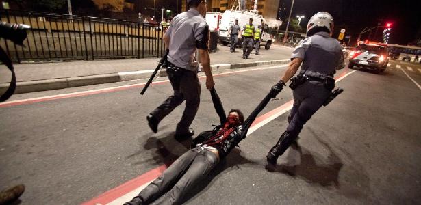 Policiais arrastam manifestante durante protesto no centro de São Paulo em 2013