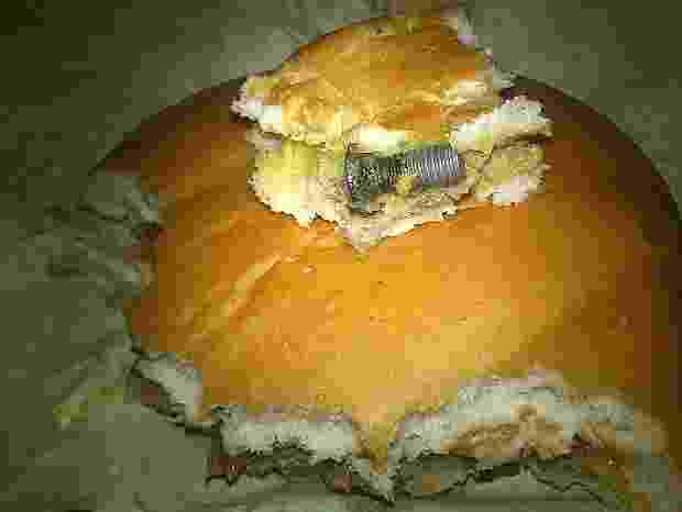 3.ago.2013 - Consumidora diz ter encontrado parafuso em lanche do McDonald's - Daniela Belotti Bueno