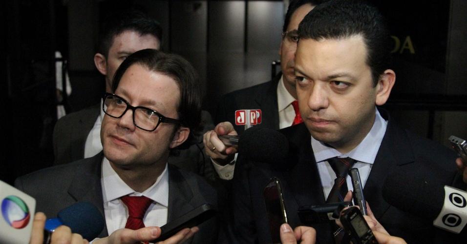 3.ago.2013 - O promotor do Gaeco (Grupo de Atuação Especial de Combate ao Crime Organizado) de Guarulhos Eduardo Olavo Canto (esq.) e o promotor Fernando Pereira da Silva deixam o tribunal após a a condenação de 25 policiais militares acusados da morte de 52 presos no pavilhão 9 do presídio do Carandiru, em 1992, neste sábado (3), em São Paulo