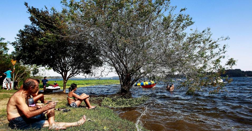 4.ago.2013 - Frequentadores da Prainha do Sol, na orla da represa Guarapiranga, zona Sul de São Paulo, aproveitam o dia de calor em pleno inverno