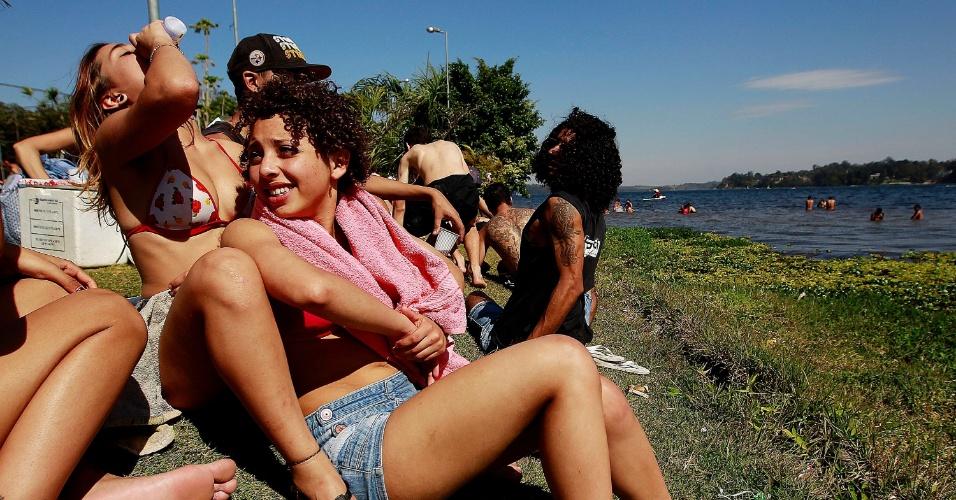4.ago.2013 - Frequentadores da Prainha do Sol, na orla da represa Guarapiranga, zona Sul de São Paulo, aproveitam o dia de calor em pleno inverno para se reunirem com amigos