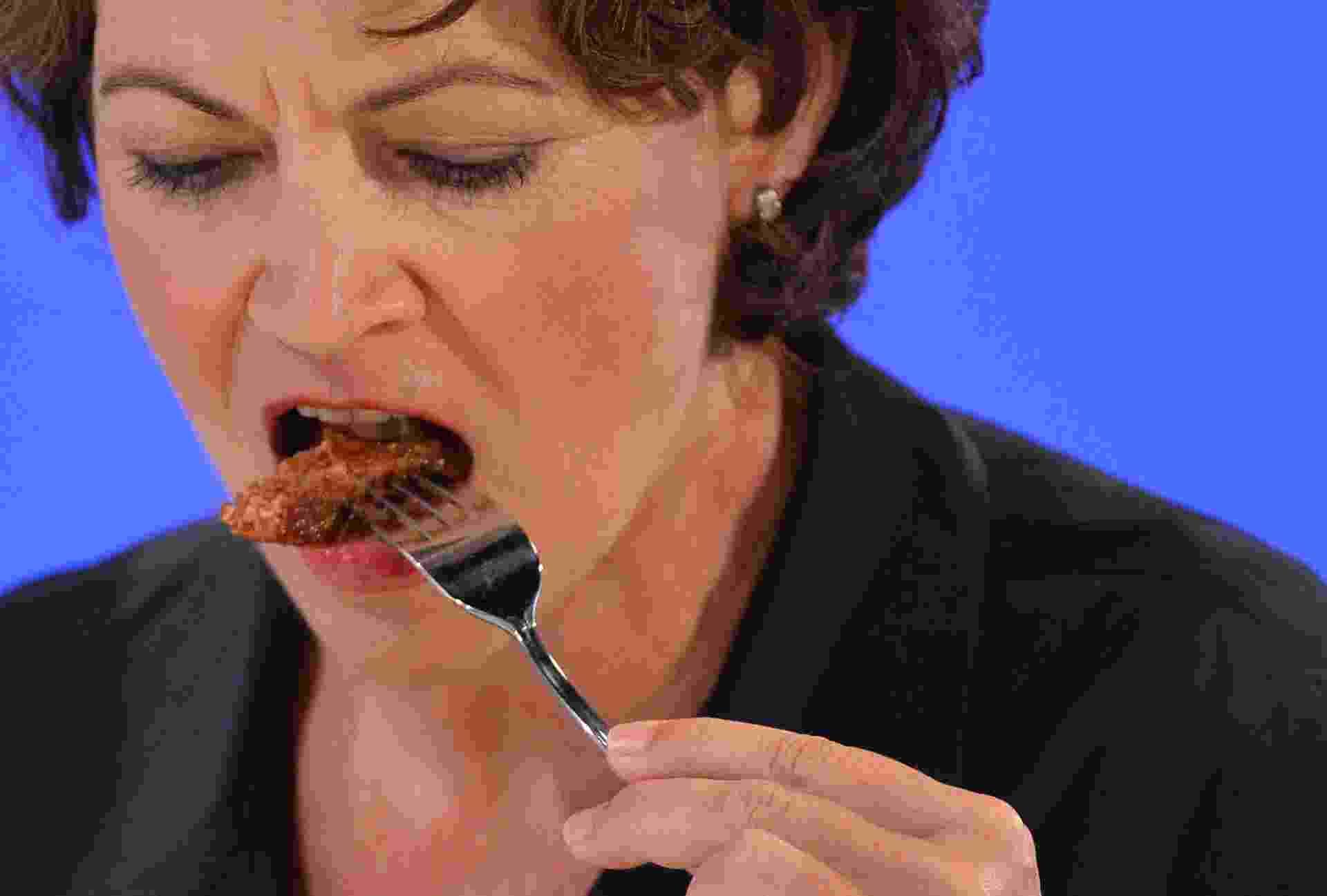 5.ago.2013 - A austríaca Hanni Rutzler, um estudiosa da alimentação, prova a primeira carne de hamburguer criada e desenvolvida artificialmente em laboratório a partir de células-tronco bovinas durante evento em Londres, na Inglaterra, nesta segunda-feira (5) - Toby Melville/Reuters