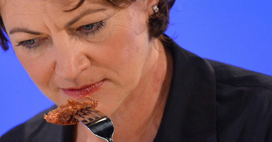 5.ago.2013 - A austríaca Hanni Rutzler, um estudiosa da alimentação, prova a primeira carne de hamburguer criada e desenvolvida artificialmente em laboratório a partir de células-tronco bovinas durante evento em Londres, na Inglaterra, nesta segunda-feira (5)