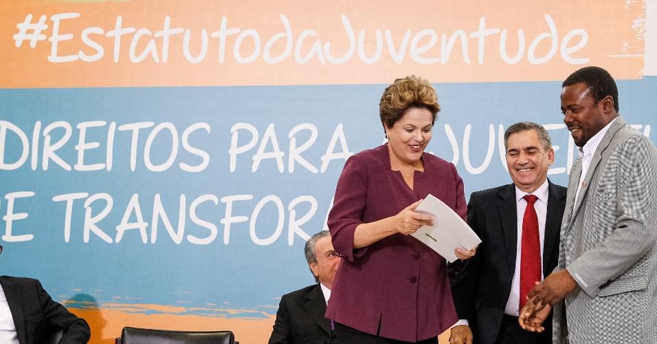 5.ago.2013 - A presidente Dilma Rousseff recebe carta assinada por mais de 80 artistas, que pedem o fortalecimento das políticas para enfrentar e combater a violência que atinge a juventude negra. O documento foi entregue das mãos do ator Érico Braz, durante cerimônia de sanção da lei que instituiu o Estatuto da Juventude, realizada nesta segunda-feira (05), em Brasília