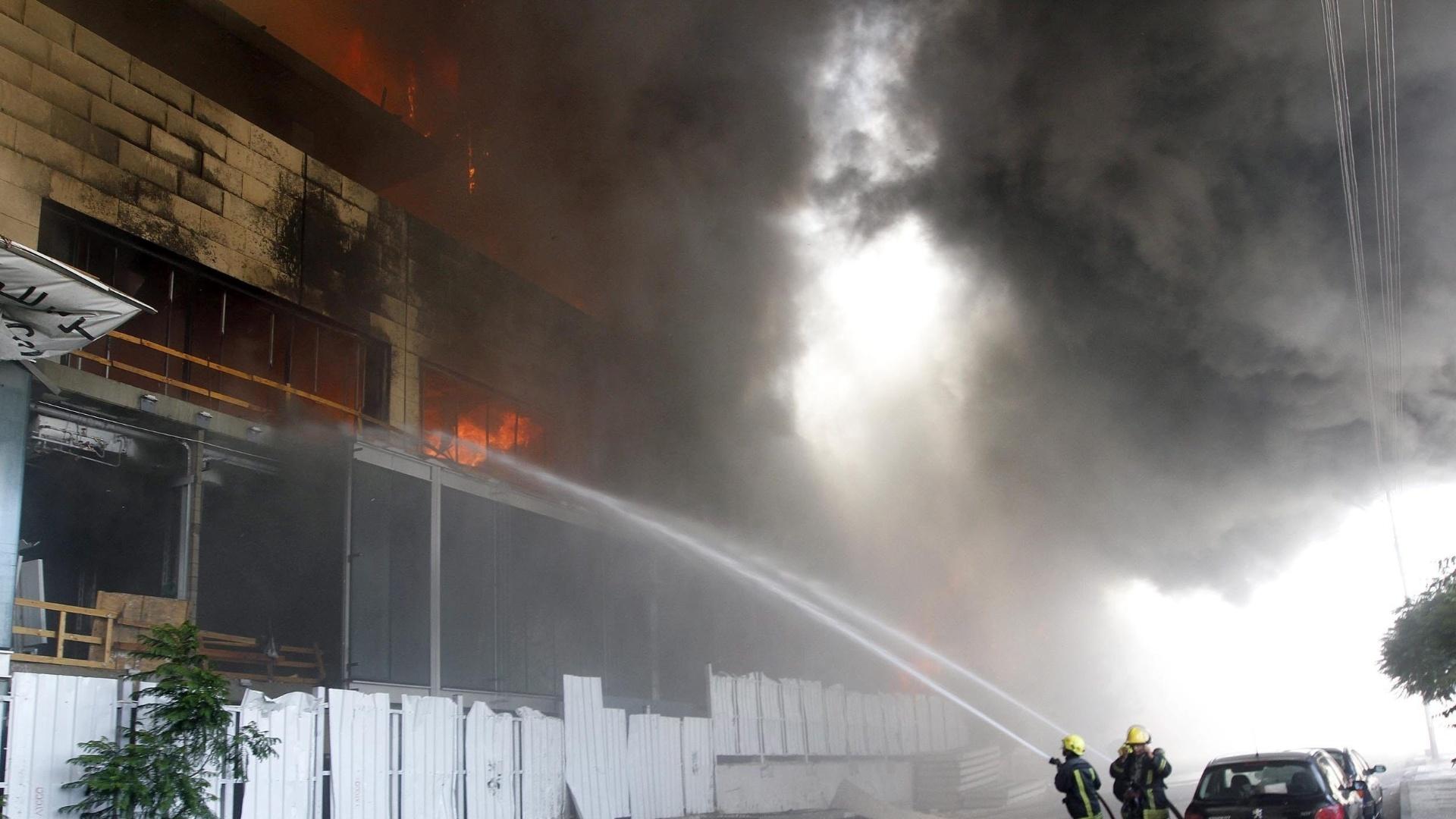 5.ago.2013 - Bombeiros apagam incêndio que atingiu um hospital em Amman, na Jordânia, nesta segunda-feira (5). Ninguém ficou ferido