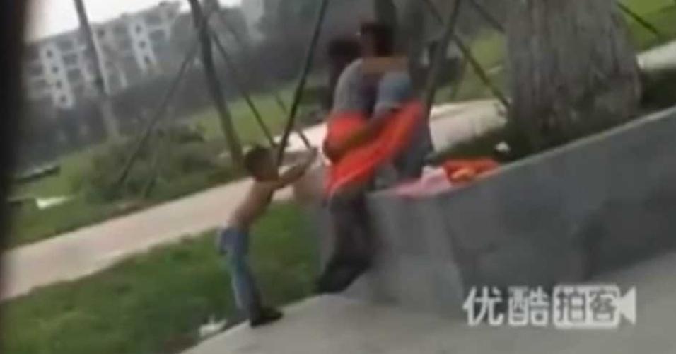 5.ago.2013 - Casal faz sexo em local público e é interrompido por garoto, em Xi'an, capital da província chinesa de Shaanxi