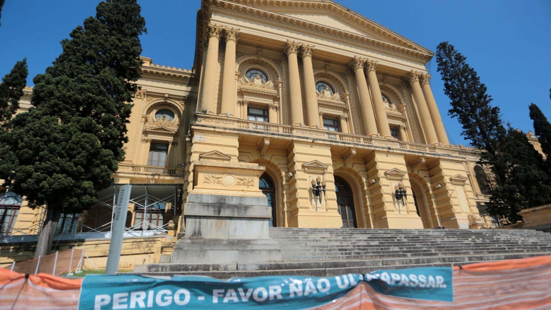 5.ago.2013 - Fachada do Museu do Ipiranga, zona sul de São Paulo, interditada nesta segunda-feira (5). O museu foi fechado por tempo indeterminado por causa de rachaduras e queda de partes da estrutura. Não existe prazo para a reabertura do local