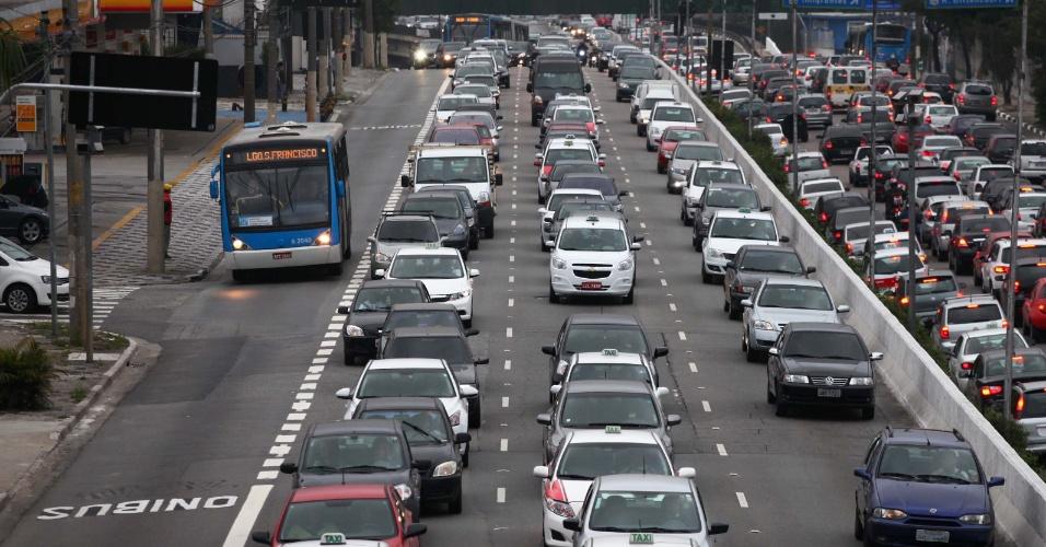 5.ago.2013 - Faixa exclusiva de ônibus é implantada no corredor norte-sul da avenida 23 de Maio, zona sul de São Paulo, na manhã desta segunda-feira (5)