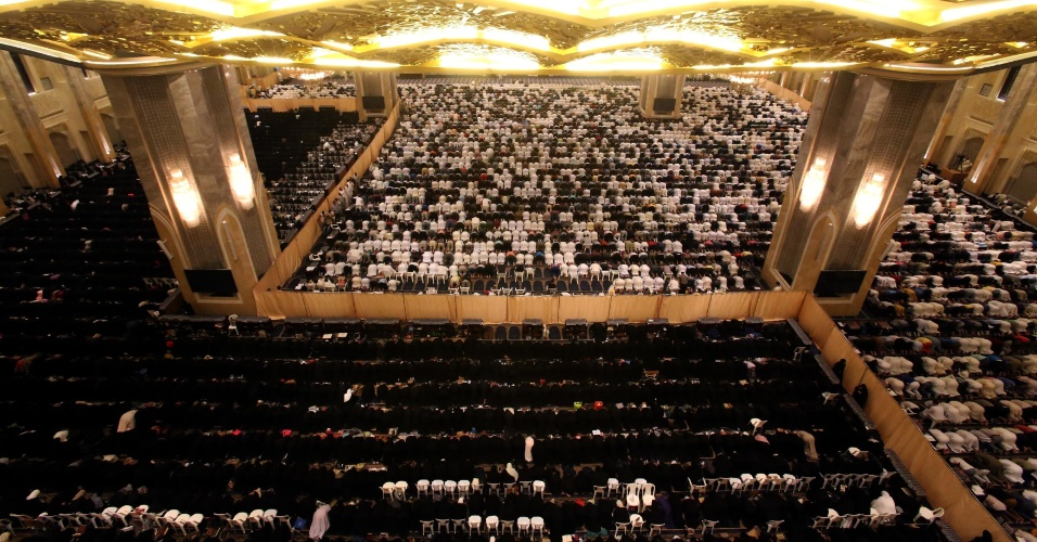 5.ago.2013 - Homens (à frente) e mulheres oram separados por uma parede na Grande Mesquita da cidade do Kuwait nesta segunda-feira (5), 27º dia do mês sagrado do Ramadã