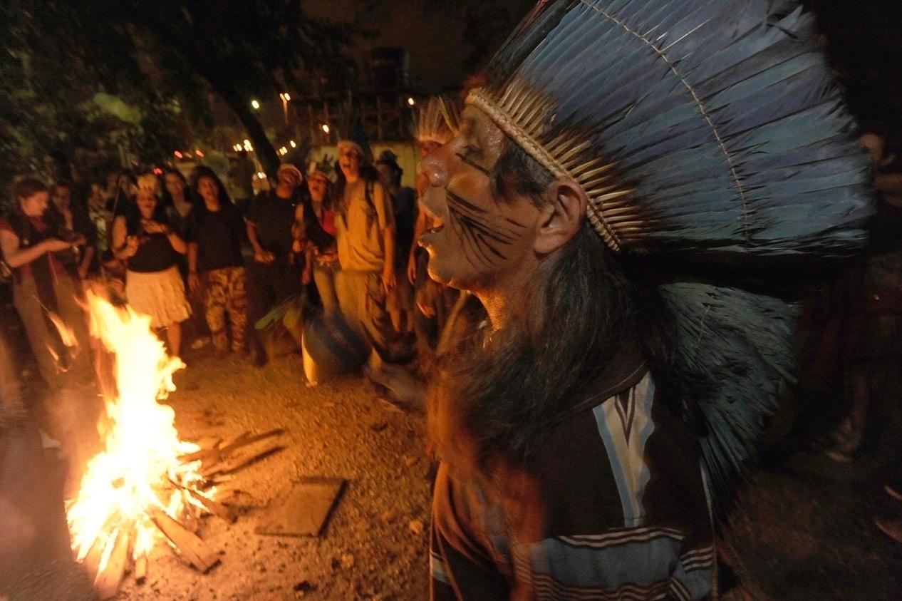 5.ago.2013 - Índios da Aldeia Maracanã e jovens manifestantes fazem fogueira e tentam reocupar o antigo prédio do Museu do Índio, nesta segunda-feira (5), ao lado do estádio do Maracanã, na zona norte do Rio de Janeiro