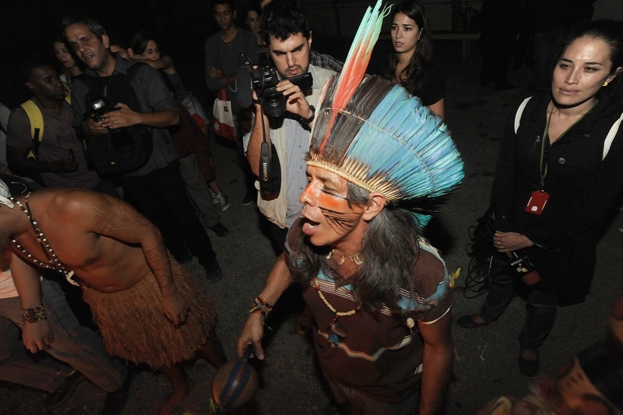 5.ago.2013 - Índios da Aldeia Maracanã e jovens manifestantes tentam reocupar o antigo prédio do Museu do Índio, nesta segunda-feira (5), ao lado do estádio do Maracanã, na zona norte do Rio de Janeiro