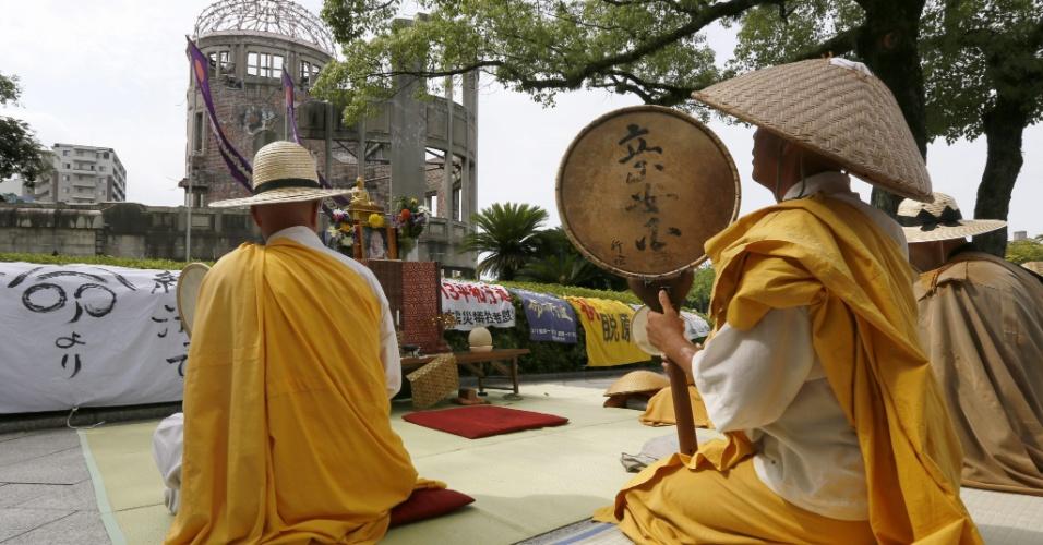 5.ago.2013 - Monges budistas oram pelas vítimas de bombas atômicas durante evento do 68º aniversário do primeiro bombardeio atômico do mundo em Hiroshima, no Japão, nesta segunda-feira (5)