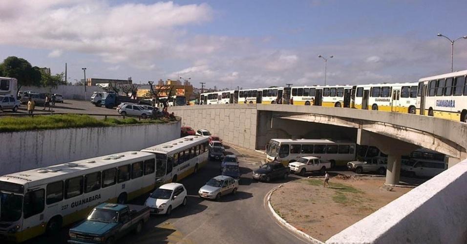 5.ago.2013 - Motoristas e cobradores de ônibus de Natal cruzaram os braços nesta segunda-feira (5) em protesto contra a violência dentro dos coletivos, ocorrida no fim de semana, quando 15 veículos foram assaltados