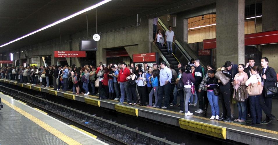 5.ago.2013 - Movimentação de usuários na estação Tatuapé do metrô de São Paulo, após um trem do metrô descarrilar na estação Palmeiras-Barra Funda, no final da manhã desta segunda-feira (5). O incidente provoca lentidão nas principais linhas do metrô