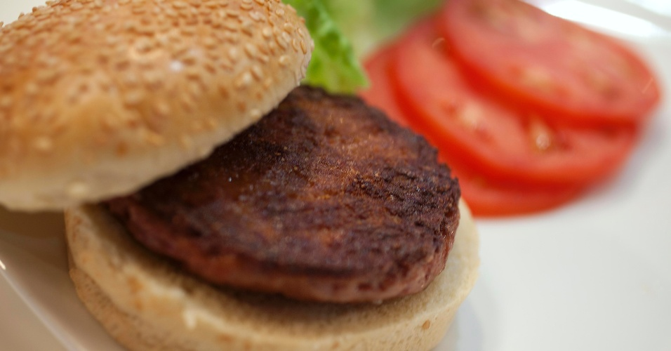 5.ago.2013 - O primeiro hambúrguer artificial usou cerca de 20 mil tiras de carne produzidas em laboratório a partir de células-tronco bovinas. Elas foram descongeladas antes de serem transformadas em uma massa compacta para ser cozida