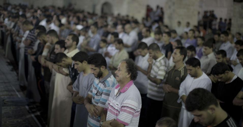 5.ago.2013 - Palestinos oram na Cidade de Gaza, na faixa de Gaza, na madrugada desta segunda-feira (5), 27º dia do mês sagrado do Ramadã