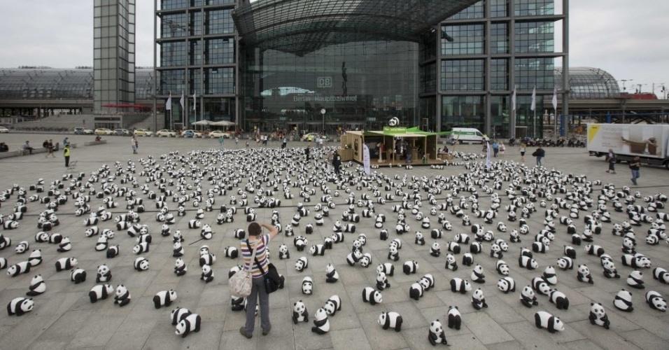 5.ago.2013 - Pessoas caminham entre 1.600 figuras de panda espalhadas pela organização de defesa do meio-ambiente WWF (World Wildlife Fund) na frente da principal estação ferroviária de Berlim, na Alemanha, nesta segunda-feira (5). A WWF celebra seus 50 anos de existência chamando a atenção para espécies ameaçadas de extinção