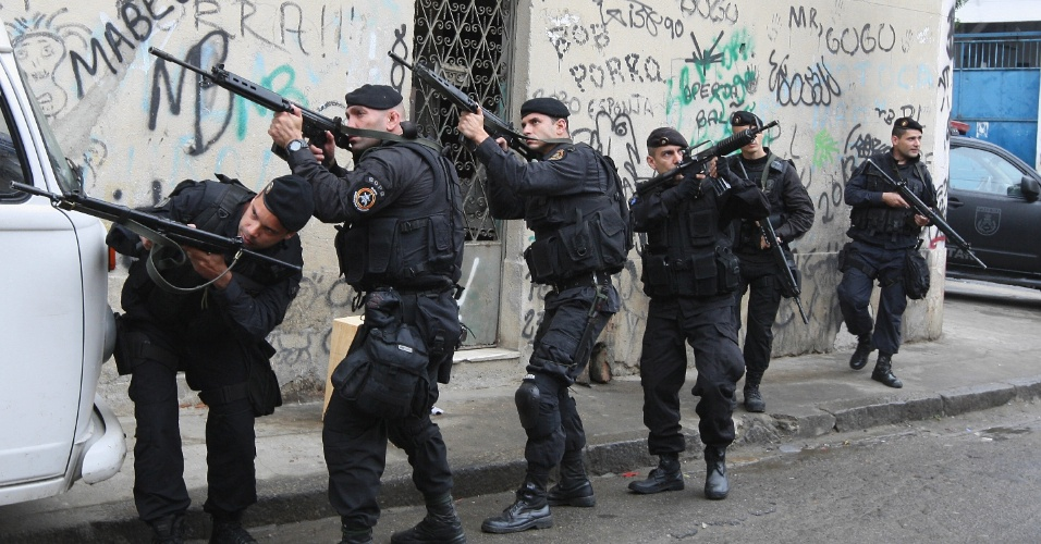 5.ago.2013 - Policiais do Bope (Batalhão de Operações Policiais Especiais) fazem operação no Complexo do Lins, na zona norte do Rio de Janeiro, após uma troca de tiros entre traficantes que assustou moradores e chegou a fechar o trânsito na autoestrada Grajaú-Jacarepaguá por volta das 22h deste domingo (4)