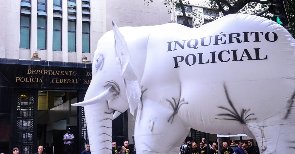 5.ago.2013 - Policiais federais realizam ato público seguido de passeata até a Alerj (Assembleia Legislativa do Rio de Janeiro) no centro da capital carioca, nesta segunda-feira (5). A categoria reivindica a reestruturação da Polícia Federal