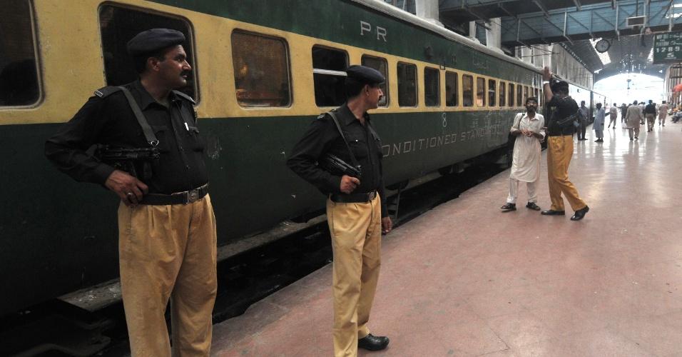 5.ago.2013 - Policiais paquistaneses montam guarda em estação de trem da cidade Lahore onde a explosão de uma bomba colocada sob um assento em um trem provocou a morte de duas crianças e feriu 25 pessoas, nesta segunda-feira (5)