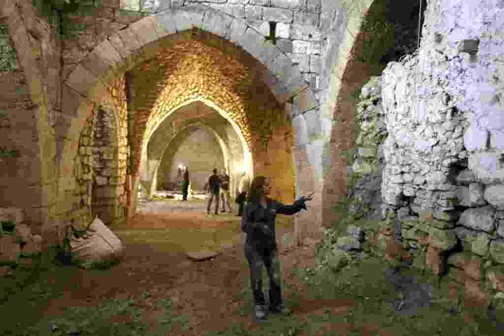 5.ago.2013 - Renee Forestany, coordenadora da escavação que descobriu uma estrutura de grandes dimensões que pertencia a um hospital do período das Cruzadas, há cerca de mil anos, em Jerusalém, Israel, gesticula durante apresentação para a imprensa, nesta segunda-feira (5) - Abir Sultan/EFE