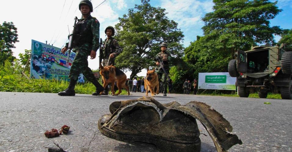 5.ago.2013 - Soldados tailandeses inspecionam o local de um ataque a bomba em Yala, ao sul de Bangcoc. Cinco militares que escoltavam professores para uma escola se feriram na explosão. A polícia suspeita que a autoria seja de militantes muçulmanos