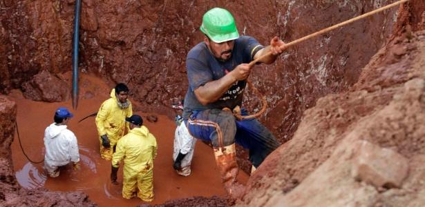 5.jul.2013 - Trabalhadores procuram por barra de ouro enterrada durante a Guerra do Paraguai (1864-1870), em um sítio de escavação próximo a Assunção, em 2013
