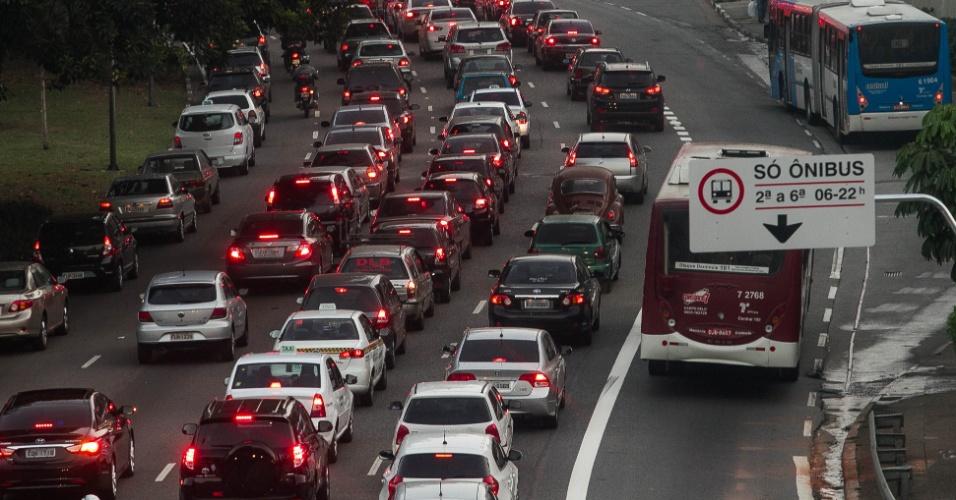 O trânsito ficou intenso na avenida 23 de Maio, na capital paulista, no final da tarde desta segunda-feira (5). O corredor norte-sul recebeu uma nova faixa exclusiva de ônibus e registrava 8,8 km de lentidão por volta das 17h30. A faixa fica entre o túnel João Paulo 2º (Anhangabaú) e a avenida Jornalista Roberto Marinho