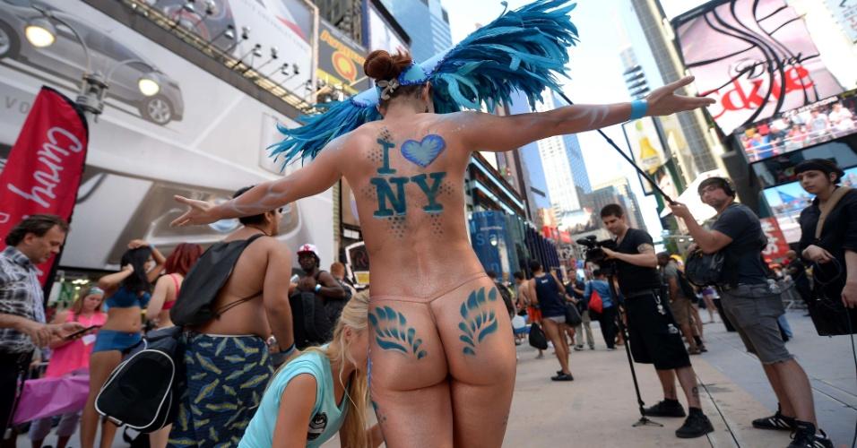 5.ago.2013 - Dançarina se apresenta na Times Square, em Nova York, durante evento para tentar quebrar o recorde de maior número de pessoas em roupas íntimas reunidas no mesmo local. Os organizadores esperam superar a marca de 2.270 pessoas