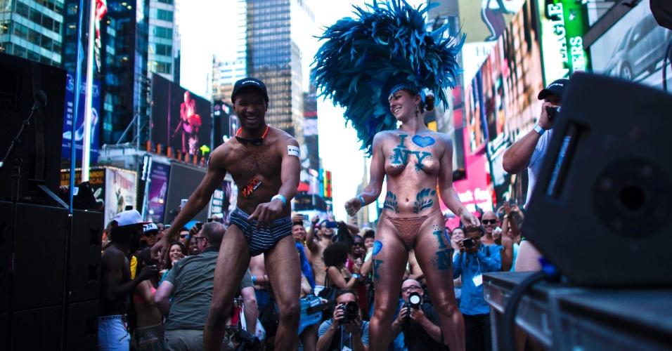 5.ago.2013 - Dançarinos se apresentam em palco na Times Square, em Nova York, durante evento para tentar quebrar o recorde de maior número de pessoas em roupas íntimas reunidas no mesmo local. Os organizadores esperam superar a marca de 2.270 pessoas