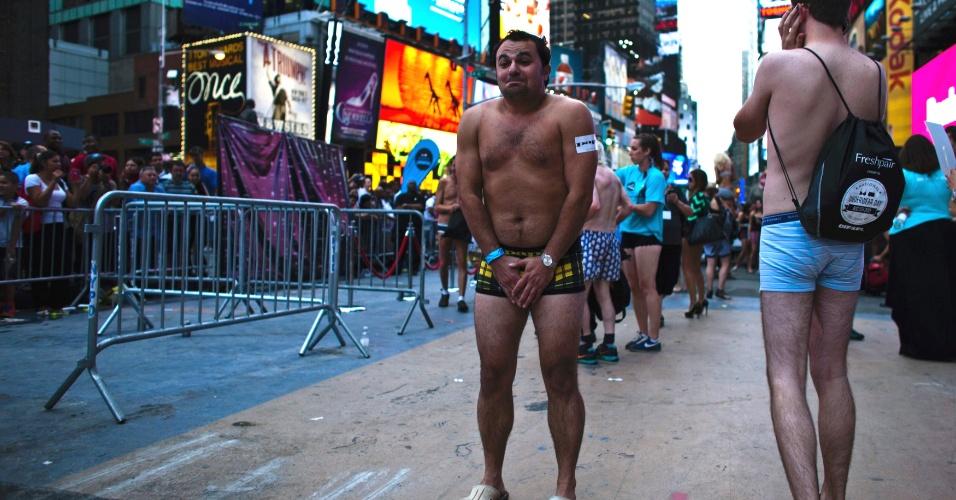 5.ago.2013 - Homem posa para foto na Times Square, em Nova York, durante evento para tentar quebrar o recorde de maior número de pessoas em roupas íntimas reunidas no mesmo local. Os organizadores esperam superar a marca de 2.270 pessoas