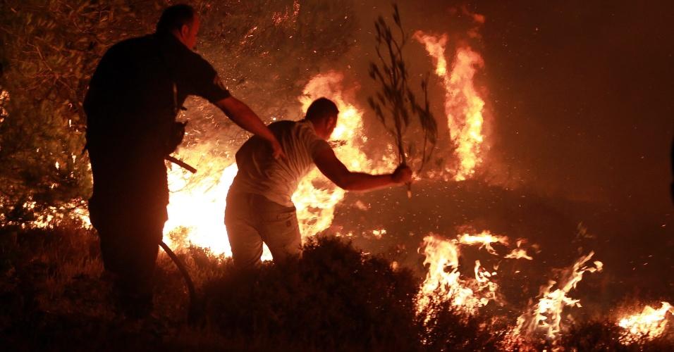 5.ago.2013 - Moradores e bombeiros lutam contra incêndio no subúrbio de Atenas. Uma área residencial na região de Maratona está ameaçada pela rápida propagação do fogo, que começou nas primeiras horas da madrugada desta segunda-feira (5) e se espalha pelos fortes ventos