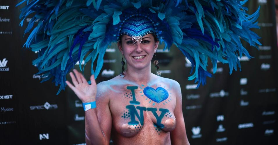 5.ago.2013 - Mulher participa de evento em Nova York, que tenta quebrar o recorde do livro Guinness com maior quantidade de gente reunida em roupas íntimas. Os organizadores pretendem superar o recorde atual de 2.270 pessoas na Times Square