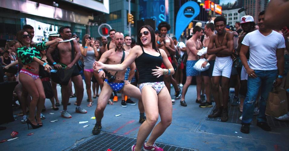 5.ago.2013 - Pessoas dançam durante evento em Nova York buscando quebrar o recorde de maior número de pessoas em roupas íntimas reunidas no mesmo local. Os organizadores esperam superar a marca de 2.270 pessoas em Times Square, no centro de Nova York