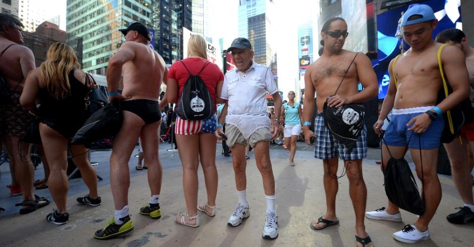5.ago.2013 - Pessoas esperam em fila para entrar na Times Square, no centro de Nova York, para evento que busca quebrar o recorde de maior número de pessoas em roupas íntimas reunidas no mesmo local. Os organizadores esperam superar a marca de 2.270 pessoas