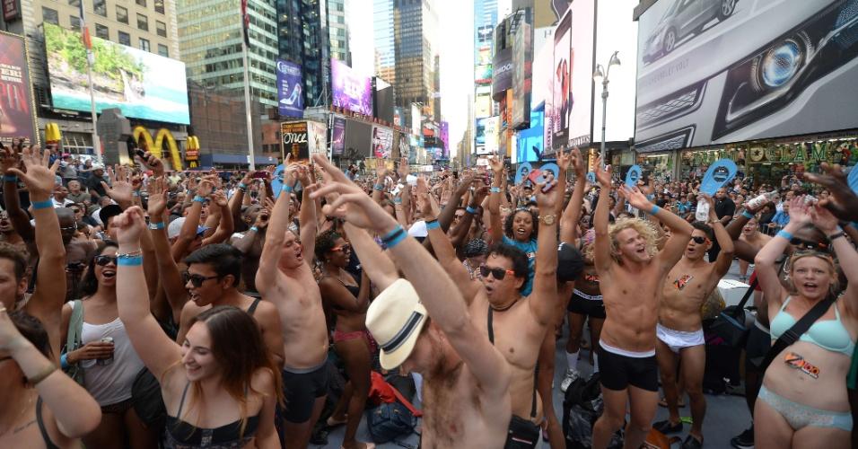 5.ago.2013 - Pessoas foram à Times Square, em Nova York, apenas íntimas de baixo para fazer uma performance de dança, nesta segunda-feira (5). A intenção era quebrar o recorde da maior concentração de pessoas usando roupas de baixo na Times Square e, assim, entrar para o Guinness Book