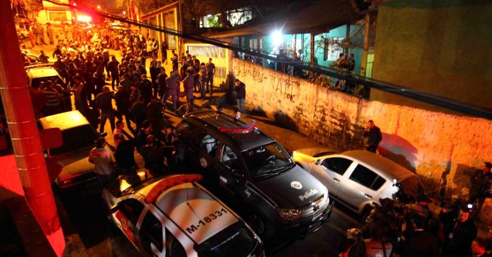 5.ago.2013 - Rua na zona norte de São Paulo, no bairro de Vila Brasilândia, onde morava o sargento da Rota Luís Marcelo Pesseghini, assassinado com a família, é tomada de peritos, familiares, curiosos e cerca de 200 policiais. O sargento e a mulher, que era cabo da PM, e o filho de 13 anos foram encontrados mortos nesta segunda-feira (5). Além dos três, a mãe e a tia da cabo foram encontradas mortas em outra casa que fica no mesmo quintal. A polícia trabalha com a hipótese de que o garoto tenha atirado nos membros da família e depois se matado