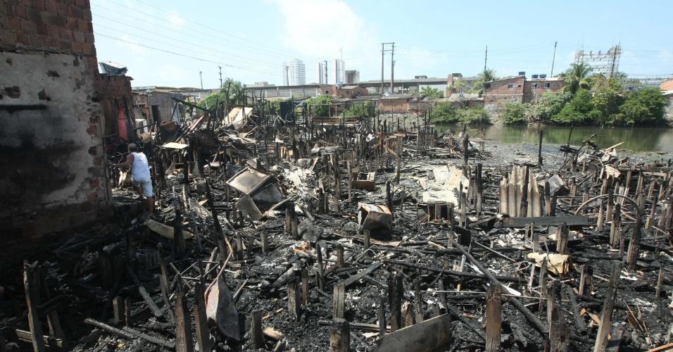 6.ago.2013 - Casas destruídas pelo incêndio em favela no bairro dos Coelhos, área central do Recife. Cerca de 100 pessoas que perderam suas casas se mobilizam na localidade em protesto contra a falta de assistência da prefeitura