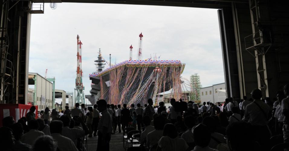 6.ago.2013 - Convidados assistem o lançamento do mais novo navio de guerra japonês, o destroier Izumo, no porto de Yokohama, nesta terça-feira (6). A embarcação de 248 metros é o maior equipamento desde a 2ª Guerra Mundial. A inauguração ocorre em momento de tensões do país com China e Coreia do Norte