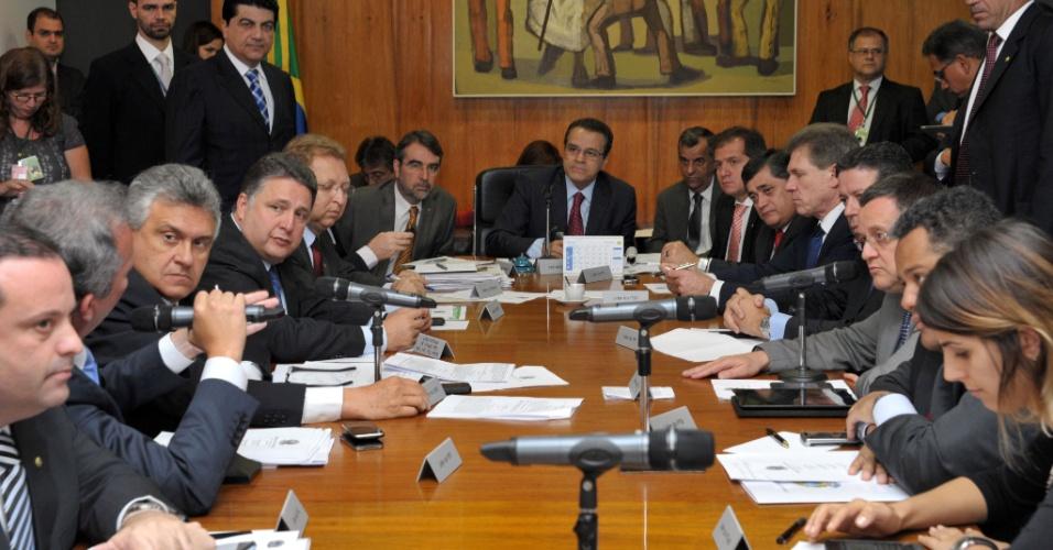 6.ago.2013 - Discussão sobre a pauta da semana na reunião de líderes da Câmara. Ao centro, o presidente da Câmara, Henrique Eduardo Alves (PMDB-RN)