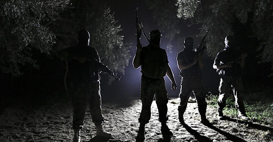 6.ago.2013 - Em imagem desta segunda-feira (5), militantes palestinos patrulham a fronteira entre Gaza e Israel, ao norte da faixa de Gaza. Todas as noites o grupo realiza patrulhas tentando impedir o avanço de tropas israelenses sobre o território