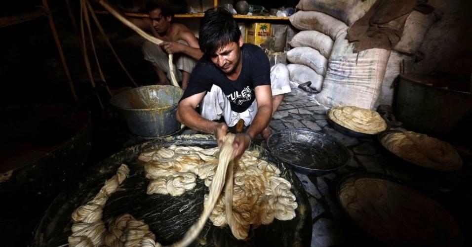 """6.ago.2013 - Homem prepara 'vermicelli', uma comida tradicional feita com leite doce, para peregrinos do """"Id al Fitr"""", a Festa da Ruptura, no Paquistão, nesta terça-feira (6). A festa que marca o fim do Ramadã é celebrada por muçulmanos em todo o mundo no próximo dia 8"""