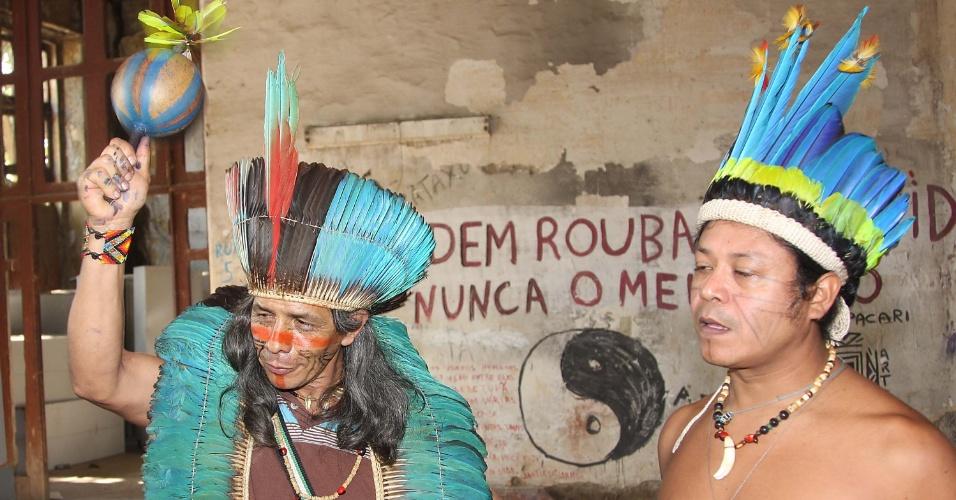 6.ago.2013 - Integrantes de grupos indígenas e movimentos sociais são vistos no interior do prédio do Museu do Índio, localizado no Complexo do Maracanã, no Rio de Janeiro, nesta terça-feira (6). Cerca de 50 pessoas, entre os quais índios da Aldeia Maracanã e jovens manifestantes, ocupam o local desde ontem